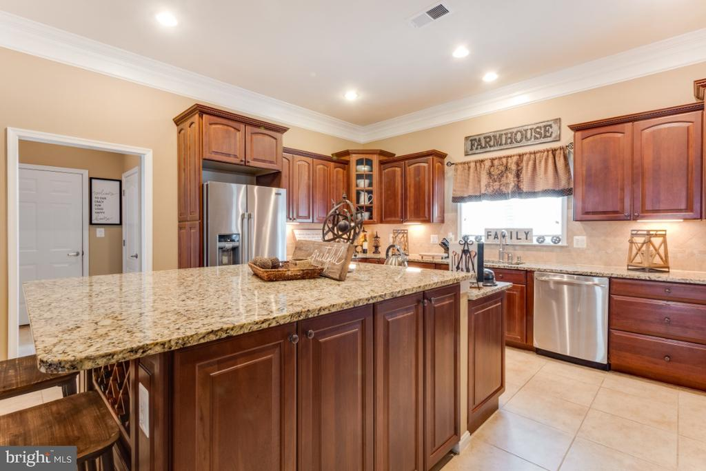 Gourmet Chefs Kitchen with Tons of Cabinetry - 42063 MIDDLEHAM CT, ASHBURN