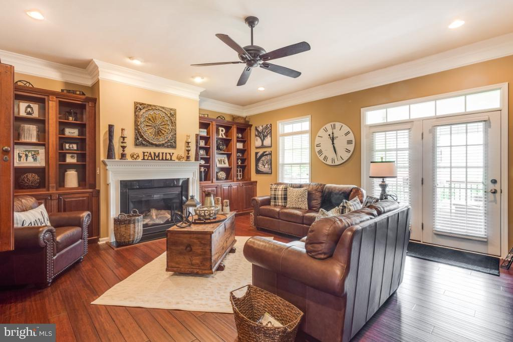 Large Family Room w/ Gas Fireplace - 42063 MIDDLEHAM CT, ASHBURN