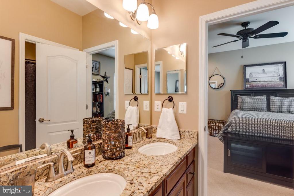 Full Bathroom Between Bedrooms 2 & 3 - 42063 MIDDLEHAM CT, ASHBURN