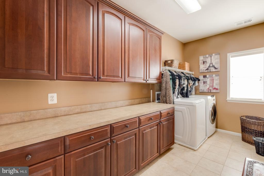 Large Laundry Room w/ Built-in Cabinets - 42063 MIDDLEHAM CT, ASHBURN