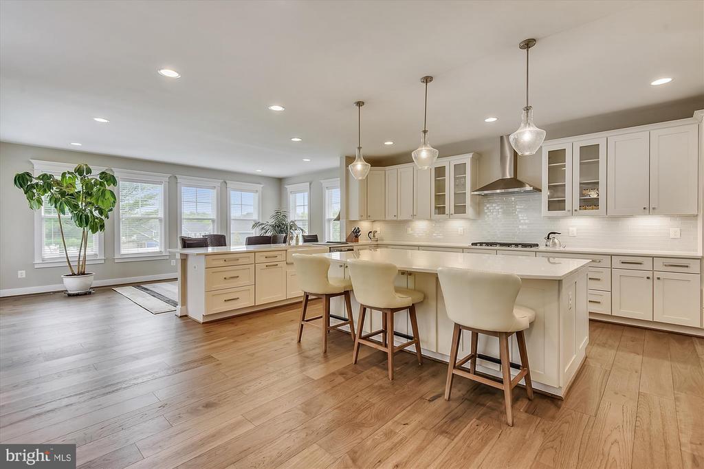 Gourmet kitchen with elegant island - 3122 BARKLEY DR, FAIRFAX