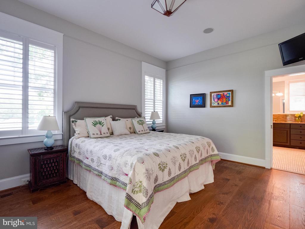 Main level bedroom suite - 4651 35TH ST N, ARLINGTON