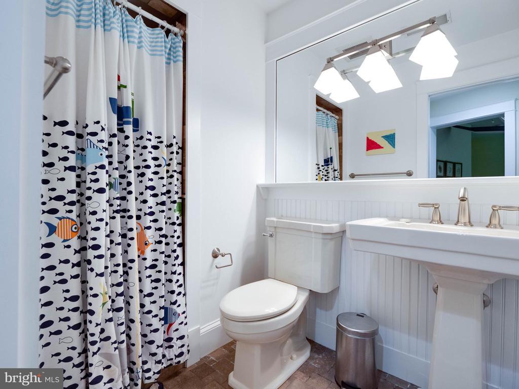 Upper level bathroom - 4651 35TH ST N, ARLINGTON