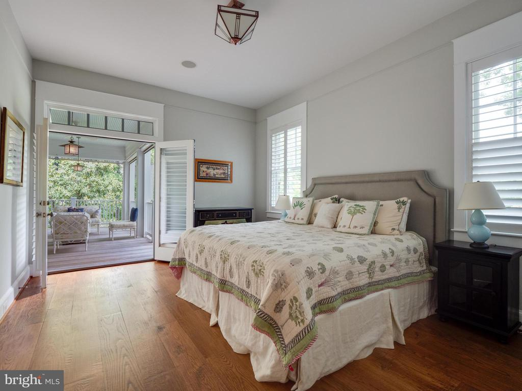 Main level bedroom suite  with access to deck - 4651 35TH ST N, ARLINGTON