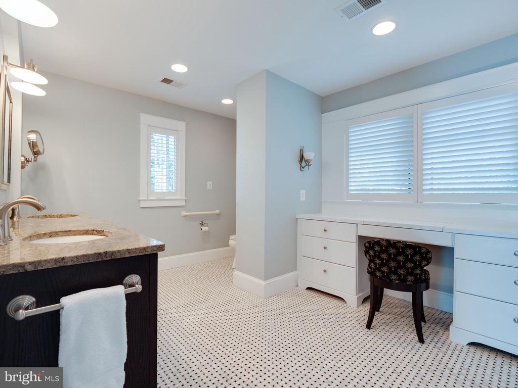 Primary bath with built-in vanity - 4651 35TH ST N, ARLINGTON