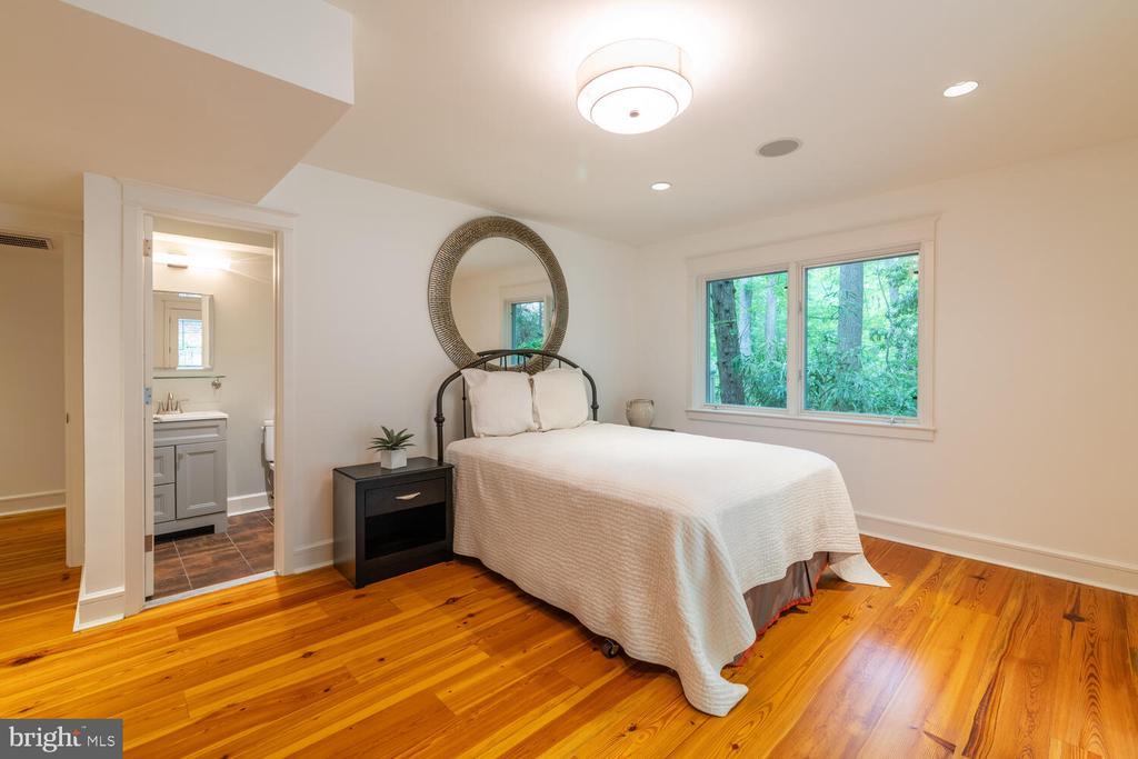 Main level ensuite  bedroom/bath - 5075 POLK AVE, ALEXANDRIA