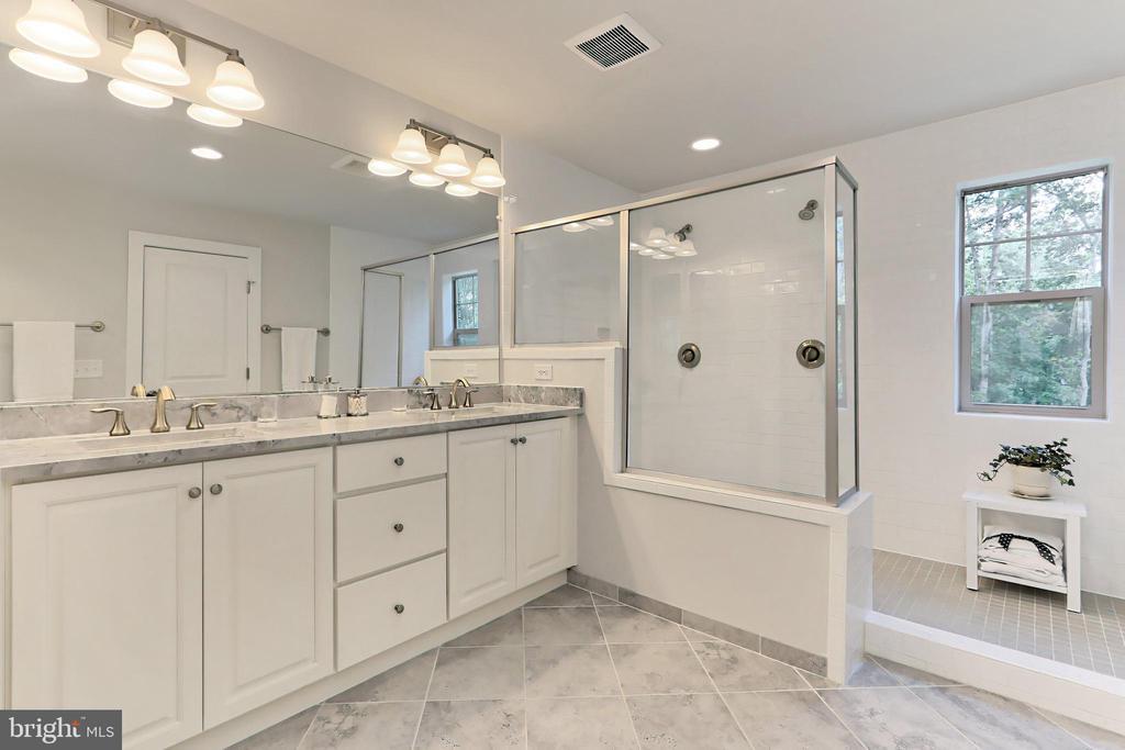 Spa-like walk-in shower with upgraded tile - 9552 KATELYN ZINN PL, BURKE