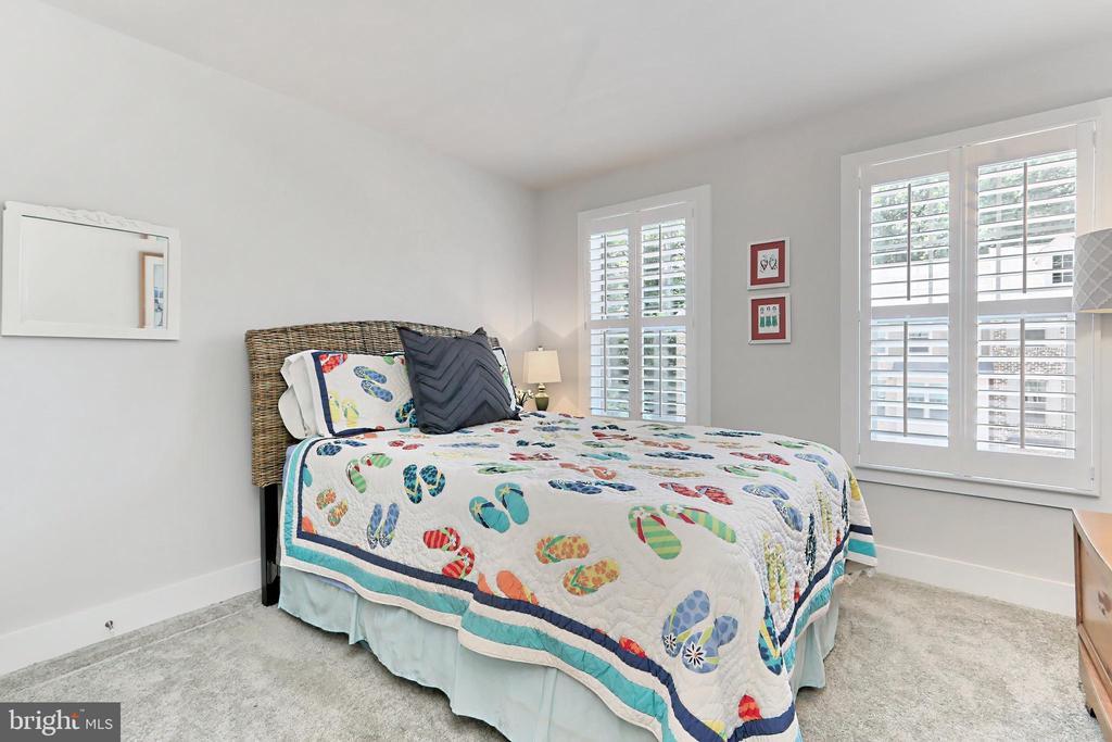 Sweet 3rd BR w/ wood shutters & large closet - 9552 KATELYN ZINN PL, BURKE