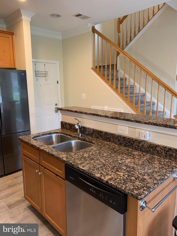 Granite countertops, kitchen island - 9020 LORTON STATION BLVD #1-114, LORTON