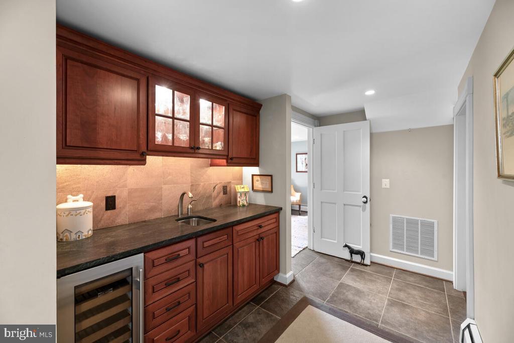 Butler�s pantry w/wine fridge - 12645 OLD FREDERICK RD, SYKESVILLE