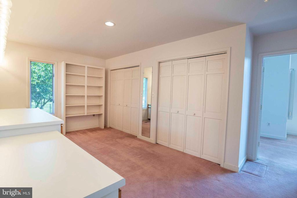 Owners Suite Dressing Room & Closets - 721 BATTLEFIELD BLUFF DR, NEW MARKET