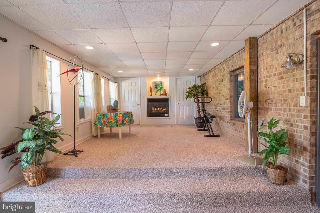 Florida / Sun Room in Lower Level - 721 BATTLEFIELD BLUFF DR, NEW MARKET