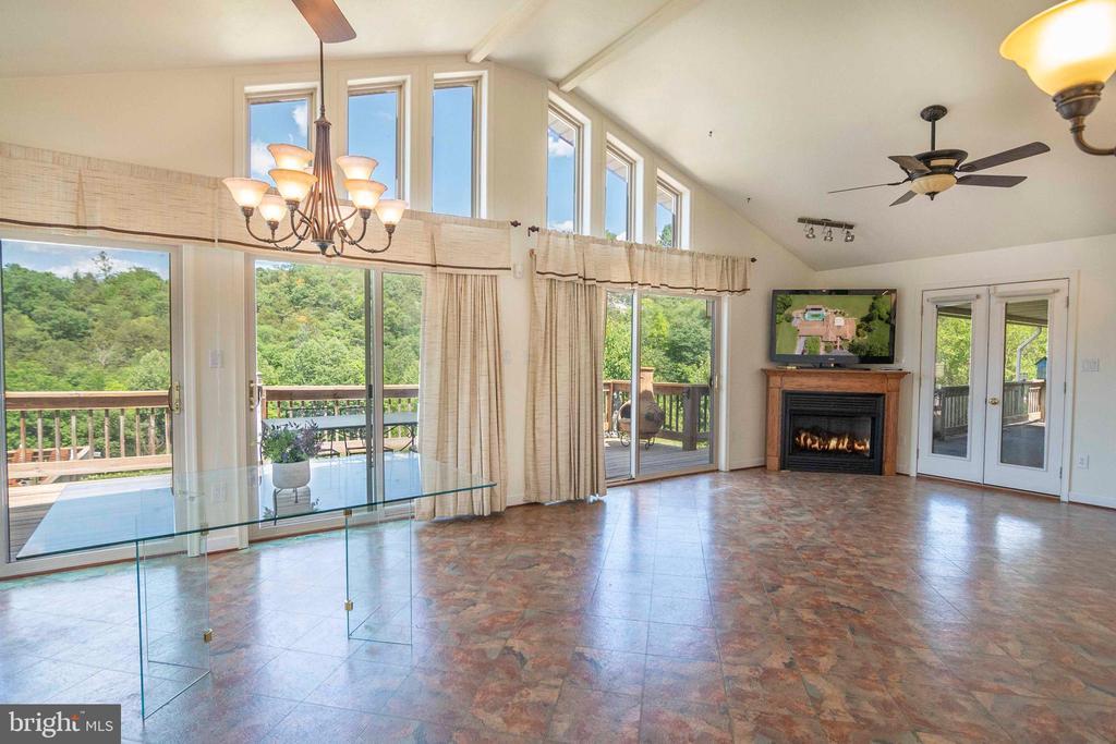Solarium / Florida Room  off Kitchen - 721 BATTLEFIELD BLUFF DR, NEW MARKET