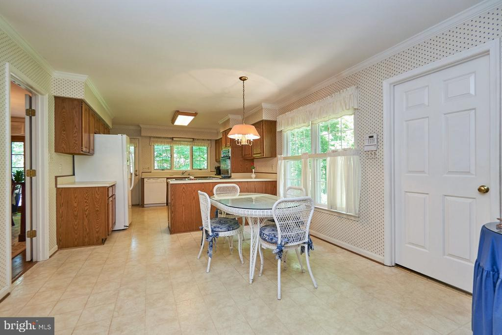 Kitchen with breakfast area - 10824 HENDERSON RD, FAIRFAX STATION