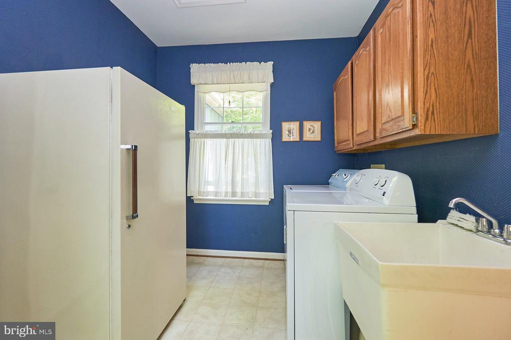 Large laundry area with sink, cabinets - 10824 HENDERSON RD, FAIRFAX STATION