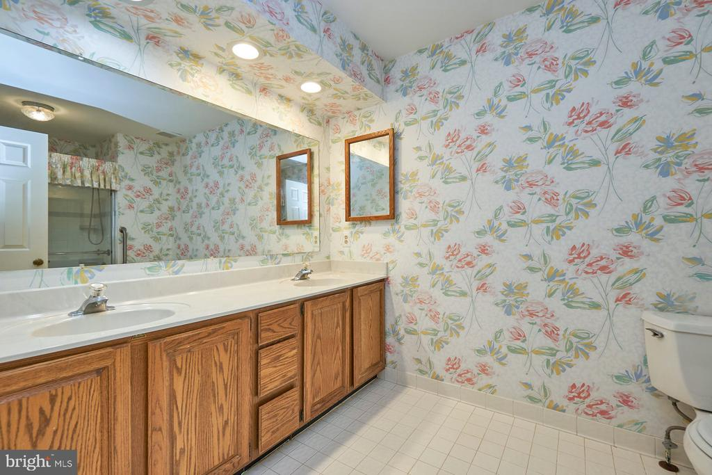 Hall bath with two sinks - 10824 HENDERSON RD, FAIRFAX STATION