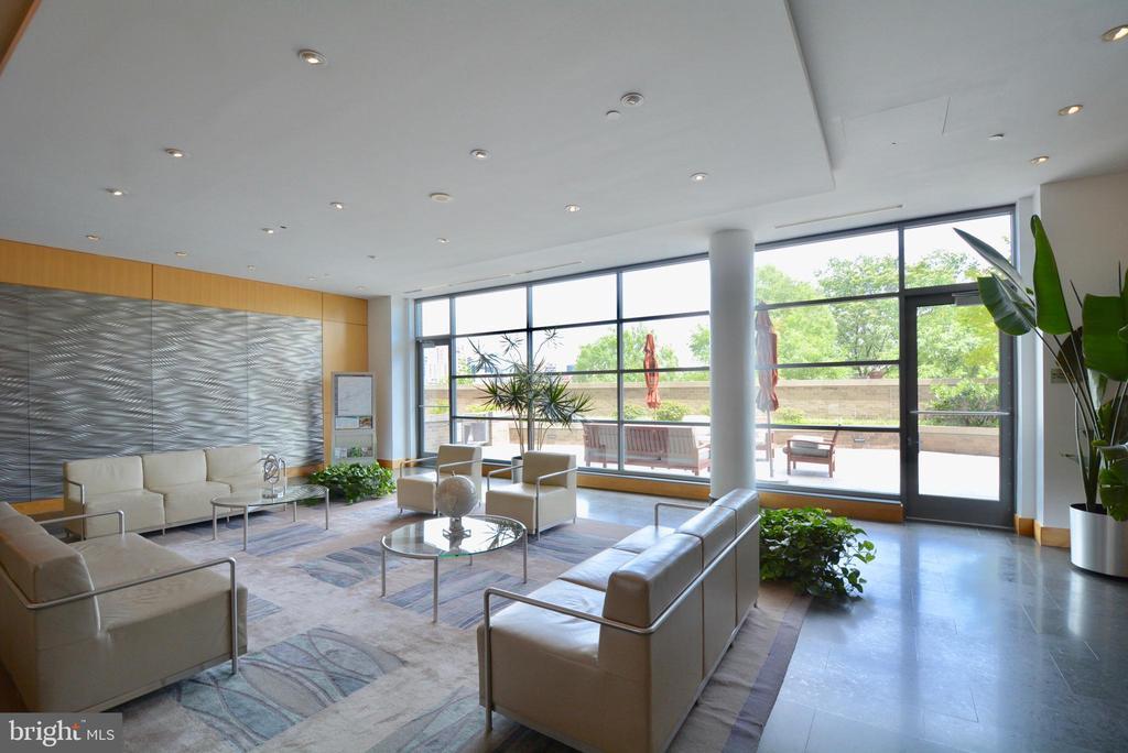 Lobby  and Exterior Patio Space - 2001 15TH ST N #1203, ARLINGTON