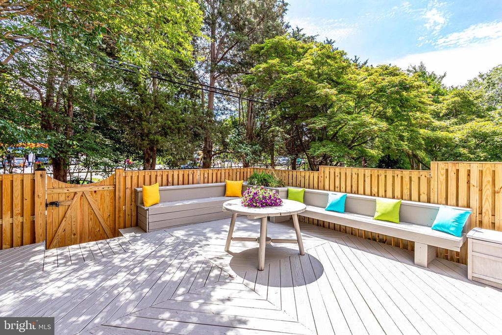 Built-in seating & fenced in rear exterior - 3469 S STAFFORD ST #B, ARLINGTON