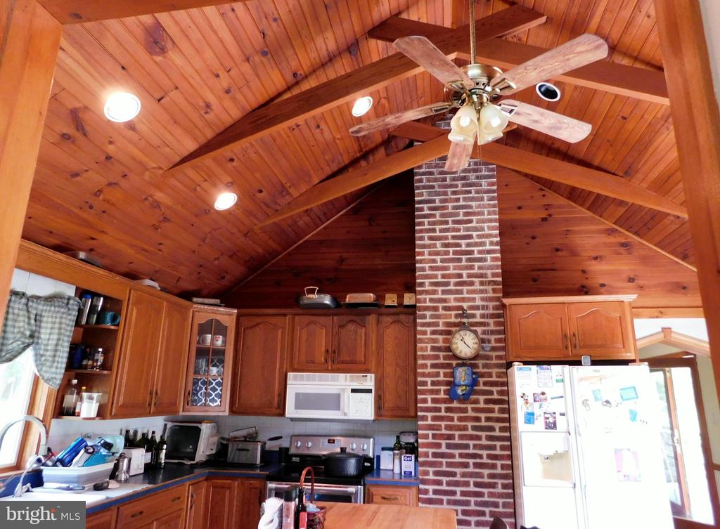 Kitchen Vaulted Ceilings - 420 RUSSELL RD, BERRYVILLE