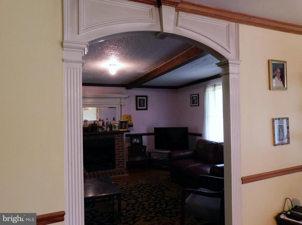 Stunning Woodwork on Access to Living Room - 420 RUSSELL RD, BERRYVILLE