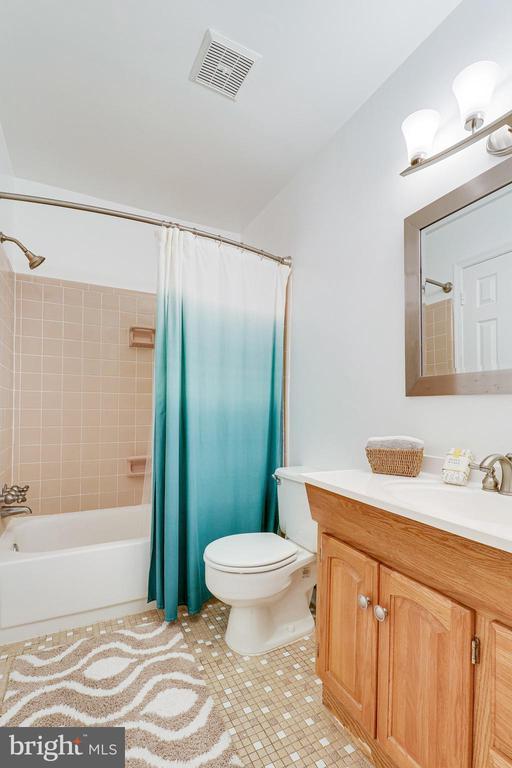 Upper level bath - 9312 WINBOURNE RD, BURKE