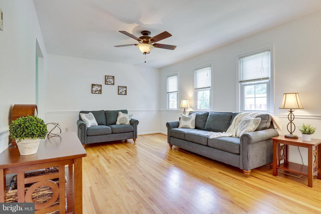 Light and bright Family Room - 9312 WINBOURNE RD, BURKE