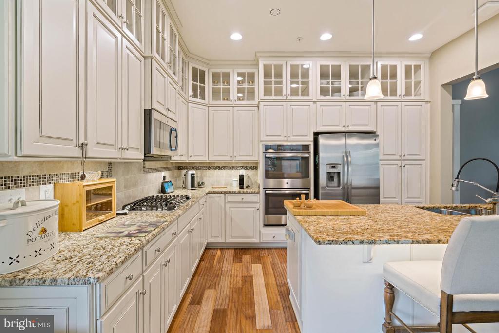 Stainless appliances, linen glazed cabinets - 17037 SILVER ARROW DR, DUMFRIES
