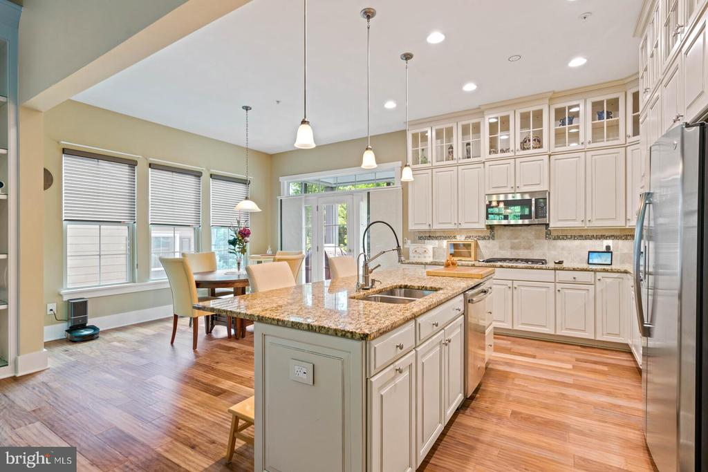 Upper glass cabinets, granite counters - 17037 SILVER ARROW DR, DUMFRIES