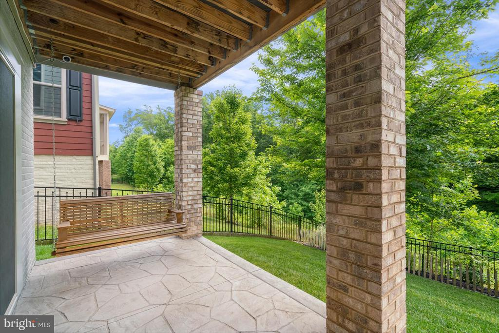 Patio with swing - 17037 SILVER ARROW DR, DUMFRIES