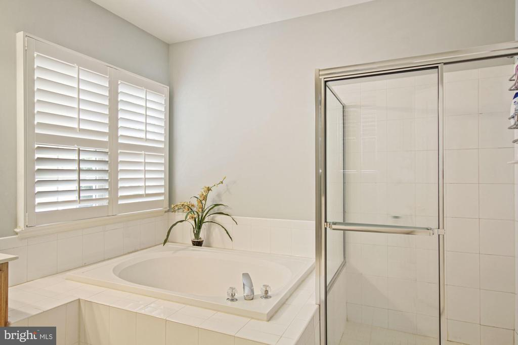 and a separate tub and shower - 1114 HEARTFIELDS DR, SILVER SPRING