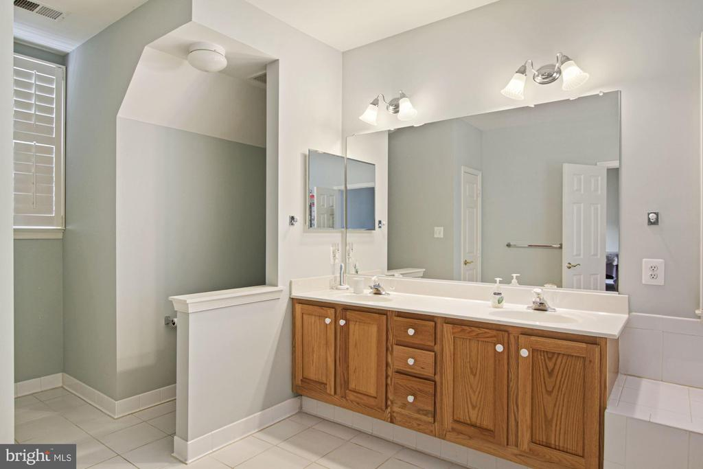 Primary bath with two sinks - 1114 HEARTFIELDS DR, SILVER SPRING