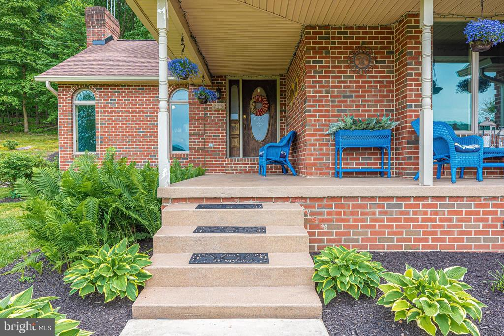 Relaxing porch - 7319 EYLERS VALLEY FLINT RD, THURMONT