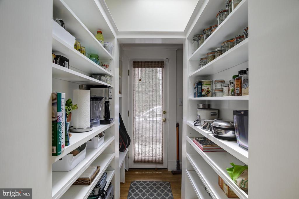 Butler area has side entry pantry and mud - 8622 GARFIELD ST, BETHESDA