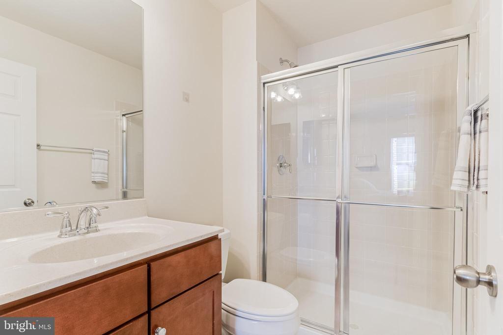 Bedroom 3 en-suite full-bath - 3513 DOC BERLIN DR, SILVER SPRING