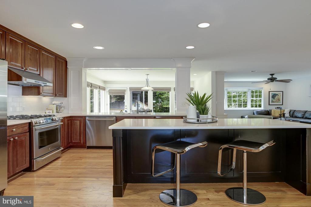 Kitchen center island has bar style seating - 8622 GARFIELD ST, BETHESDA