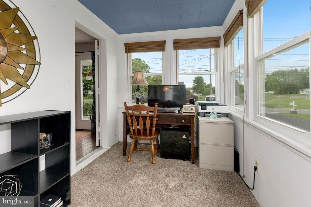 Sun Room that can be used as an office - 17516 HARMONY CHURCH RD, HAMILTON
