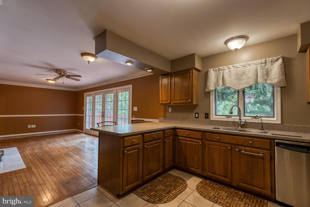 Connecing kitchen/living room - 710 WIDEWATER RD, STAFFORD