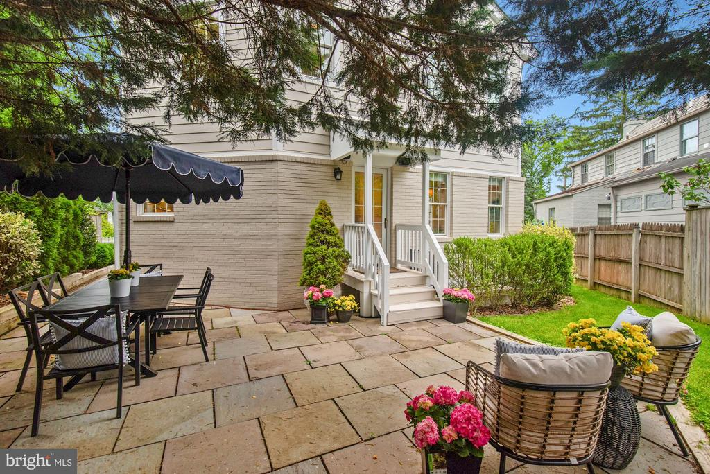 Kitchen steps  to patio, for  dining alfresco - 7907 GLENBROOK RD, BETHESDA
