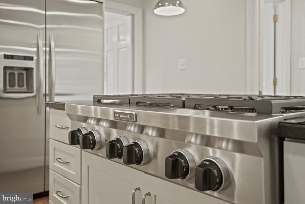 6 gas burner cooktop - 7907 GLENBROOK RD, BETHESDA