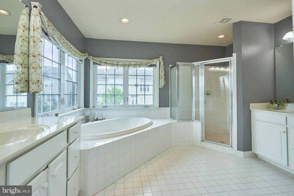 Double Sinks & Spa Bath in Owner's Suite - 504 PAGE ST, BERRYVILLE