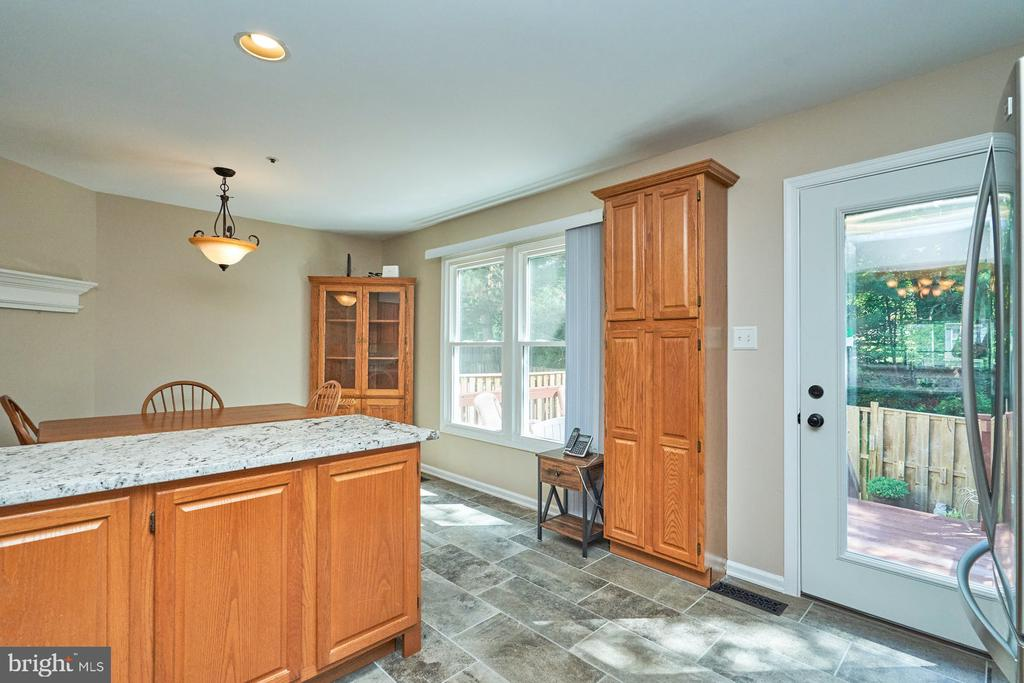 Extra cabinet space and access to rear deck - 7937 BLUE GRAY CIR, MANASSAS