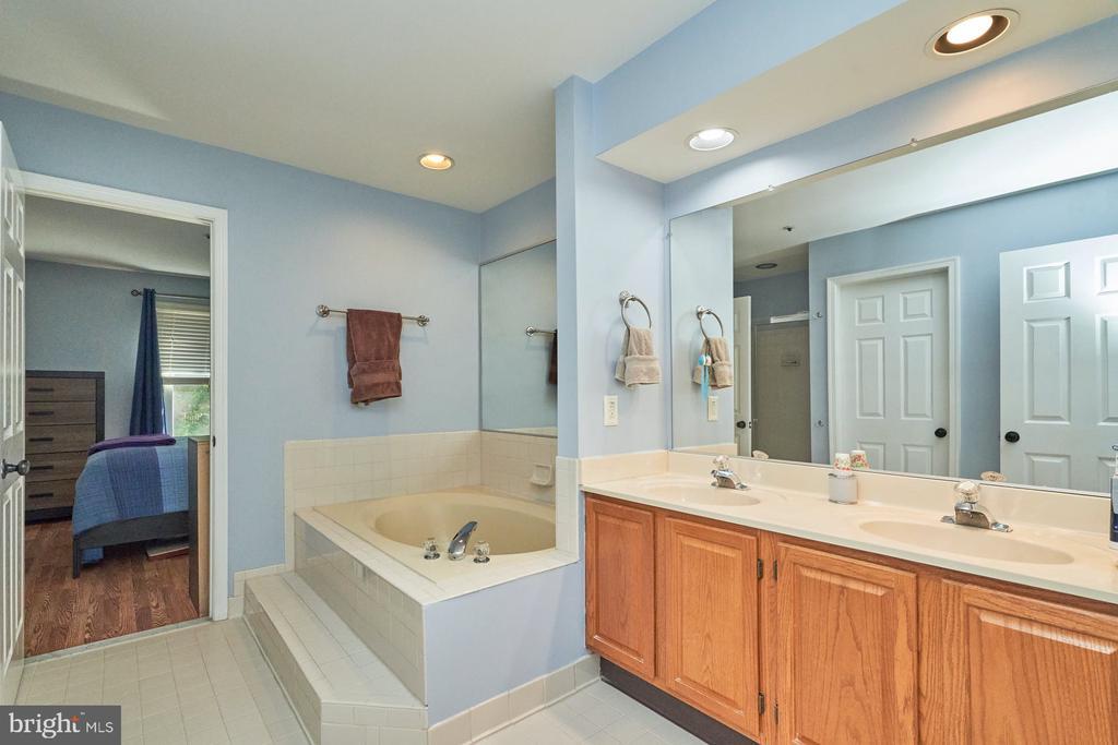 Upper level full bath - 7937 BLUE GRAY CIR, MANASSAS