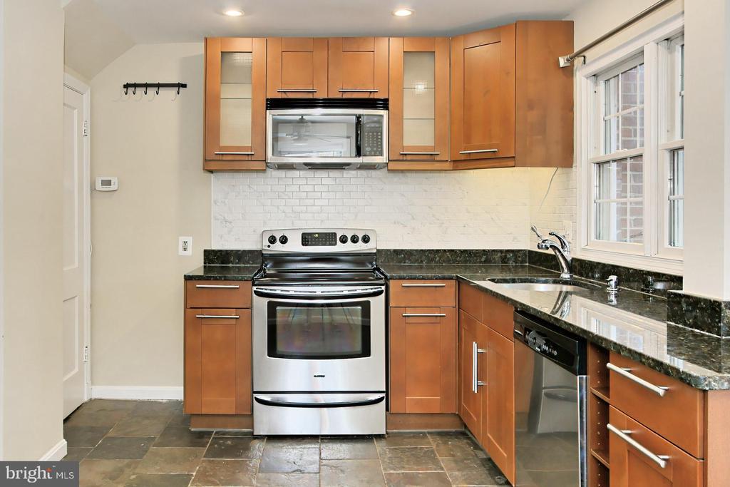 Slate Style Ceramic Flooring in Kitchen - 2029 S OAKLAND ST, ARLINGTON