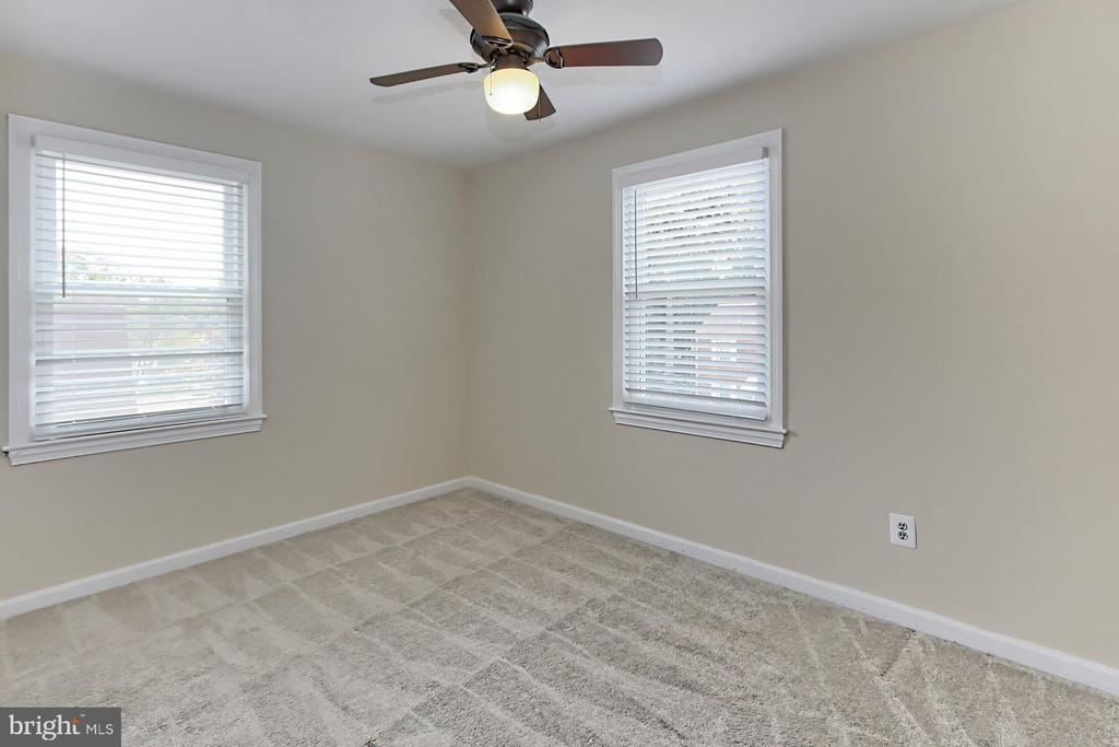 Bright and Sunny Upstairs Front Bedroom - 2029 S OAKLAND ST, ARLINGTON