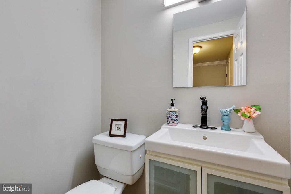 Main Floor Powder Room - 4290 CANDLESTICK CT, DUMFRIES