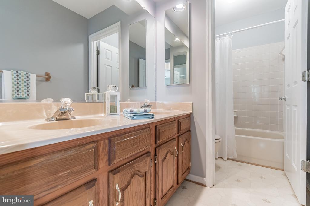 Upper level full bath with dual vanity - 133 NORTHAMPTON BLVD, STAFFORD