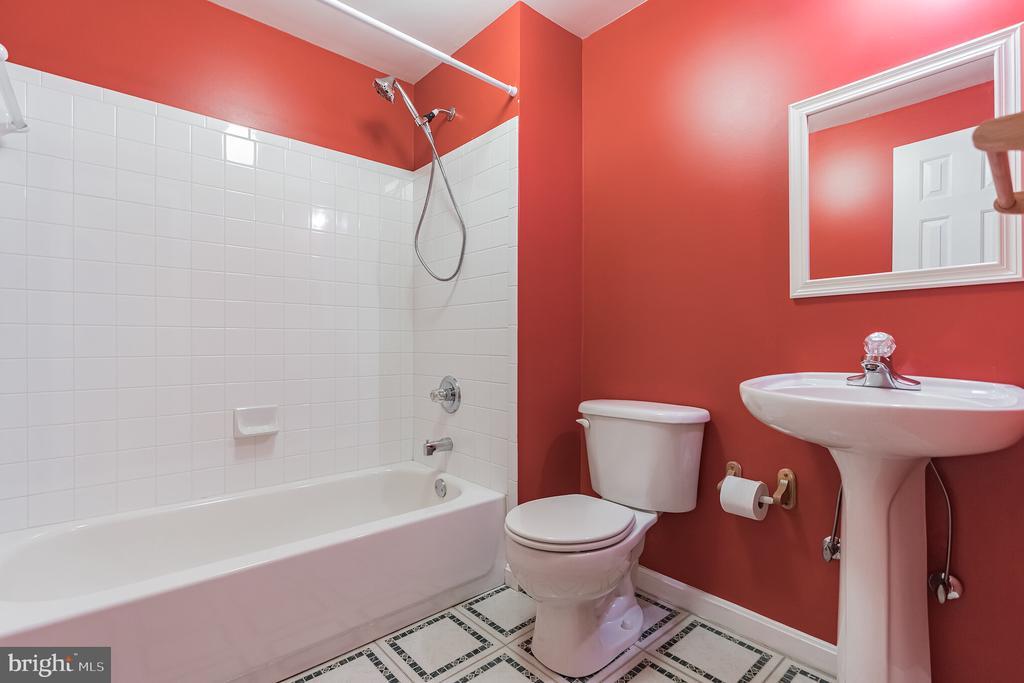 Lower level full bath - 133 NORTHAMPTON BLVD, STAFFORD