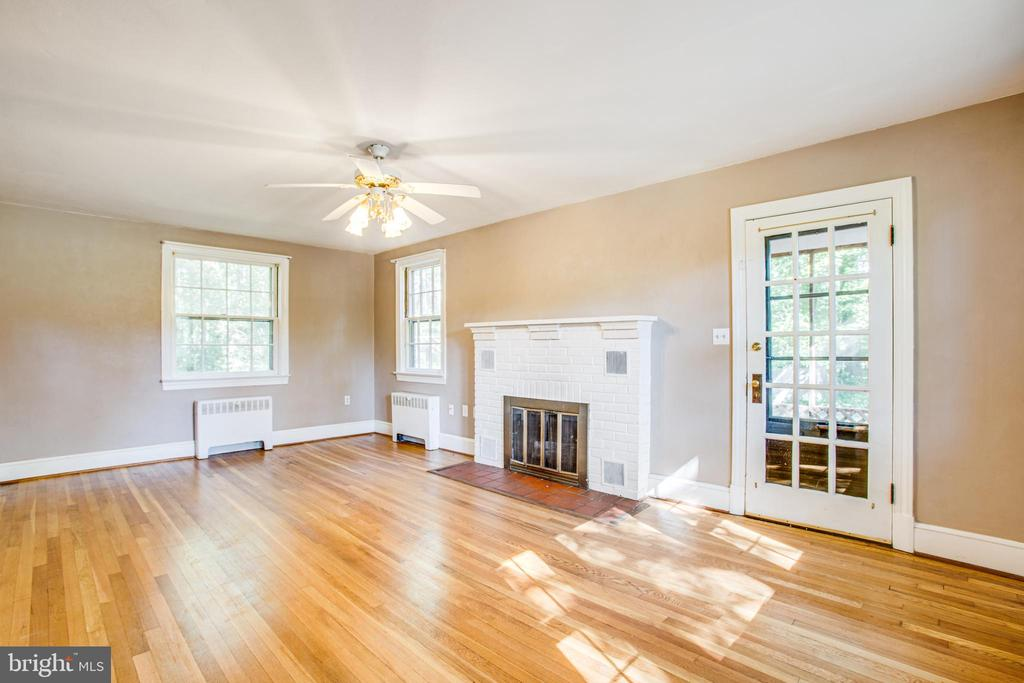 Living Room with fireplace - 21358 JEFFERSON DAVIS HWY, RUTHER GLEN