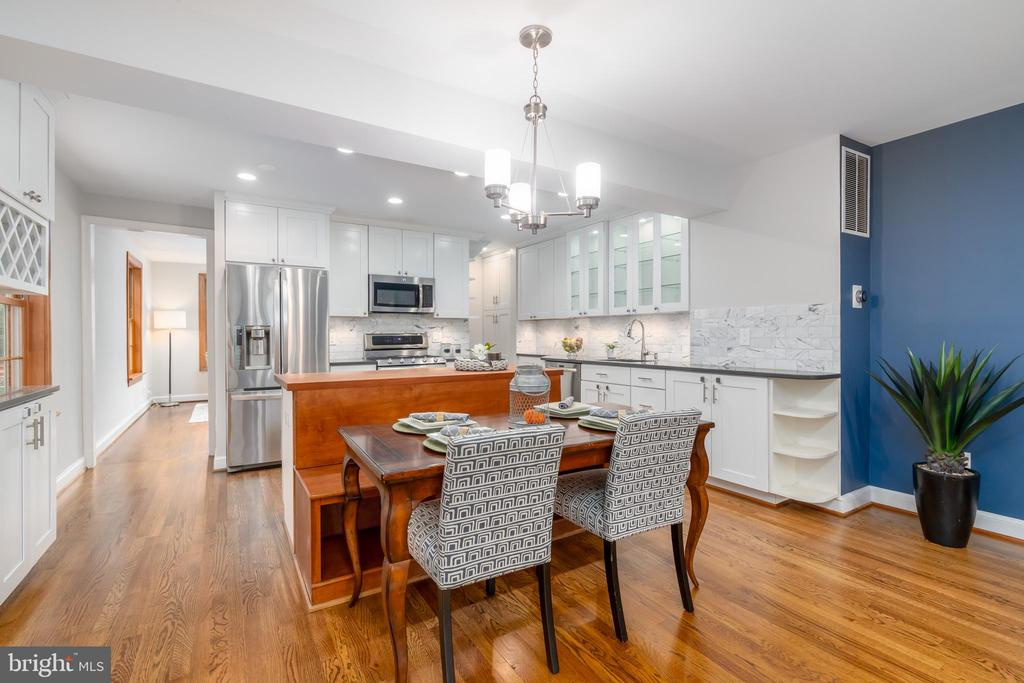 Center island w/built-in bench for dining table - 2740 S TROY ST, ARLINGTON