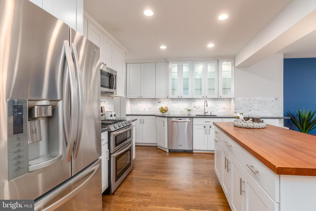 Gourmet kitchen with stainless appliances - 2740 S TROY ST, ARLINGTON